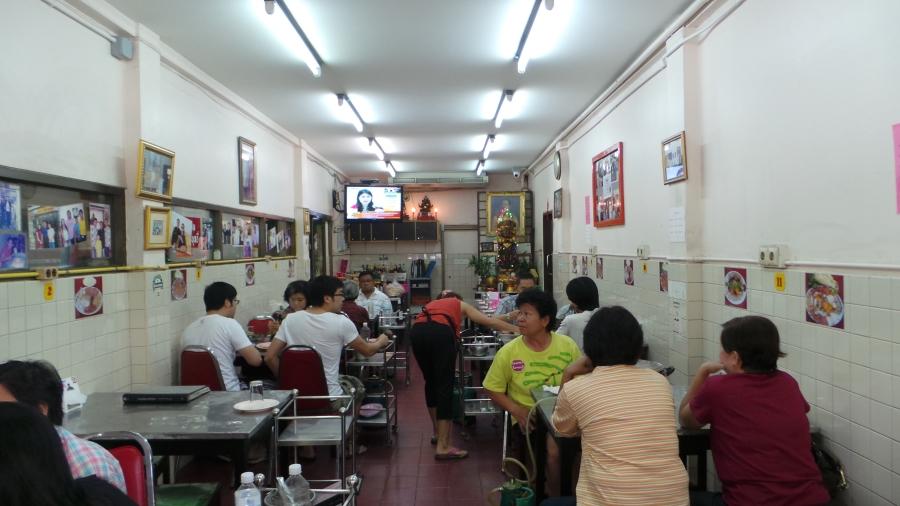 บรรยากาศภายในร้านเจริญไทยสุกี้ (สังเกตริมซ้าย รูปดาราที่เคยมาทานที่ร้านแปะเต็มไปหมด)