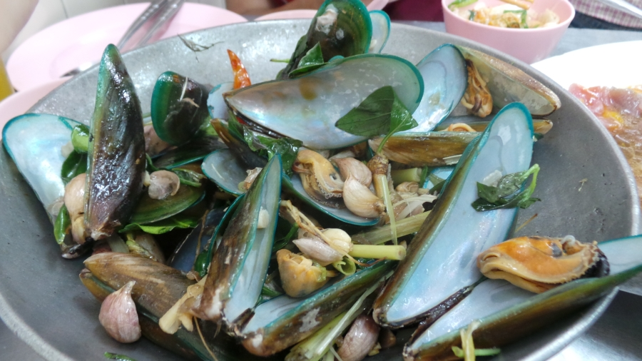 หอยแมลงภู่อบ ร้านเจริญไทยสุกี้ ลาดหญ้า