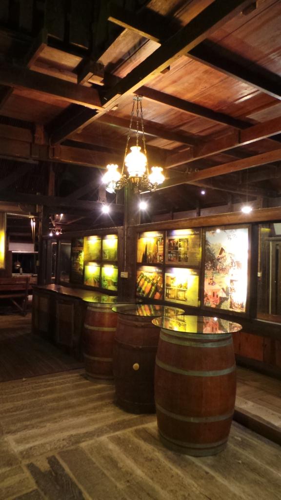 บรรยากาศภายในร้าน Village Farm & Winery ตกแต่งด้วยถังบ่มไวน์มากมาย