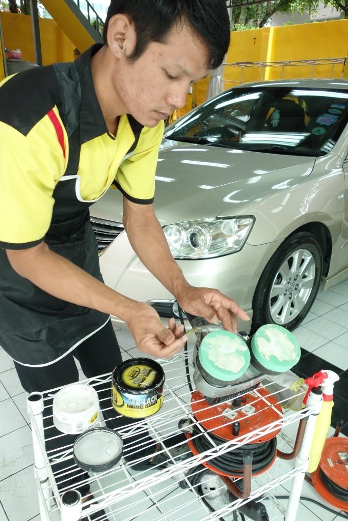 ขั้นตอนการเตรียมหัวขัดก่อน โดยต้องป้ายน้ำยา Car-Lack Super Surface Cleaner และ Cut Remover