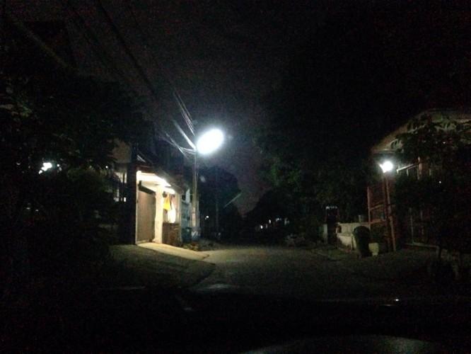 ไฟทางดวงเดียวที่แม่ติดไว้ให้แสงสว่างภายในซอย